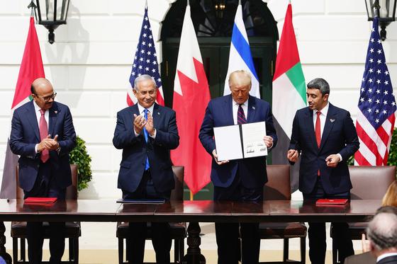 미국 백악관에서 15일(현지시간) 이스라엘과 아랍에미리트, 바레인이 외교 정상화에 합의하는 '아브라함 협정'을 맺었다. 왼쪽부터 압둘라티프 빈 라시드 알자야니 바레인 외무장관, 베냐민 네타냐후 이스라엘 총리, 도널드 트럼프 미국 대통령, 압둘라 빈 자예드 알나흐얀 아랍에미리트 외무장관. [EPA=연합뉴스]