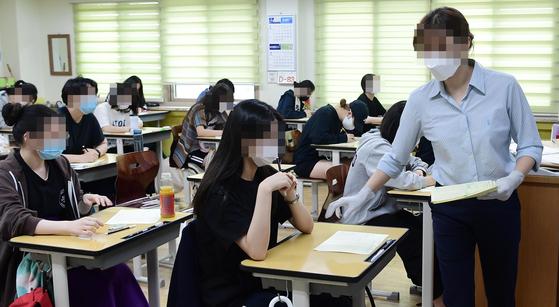 2021학년도 대학수학능력시험을 앞둔 고3 학생들이 16일 오전 서울 영등포구 여의도 여자고등학교에서 9월 모의평가를 준비하고 있다.   연합뉴스