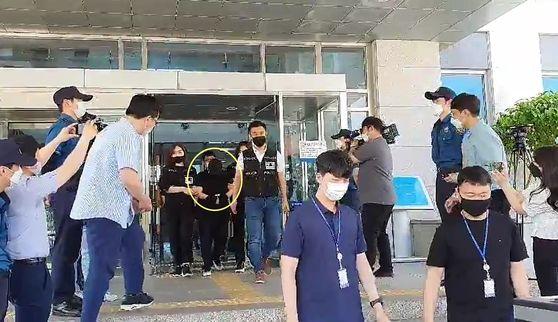 지난 6월 10일 경찰이 의붓아들을 여행가방에 감금해 숨지게 한 혐의로 구속된 계모(원안)를 검찰로 송치하고 있다. 신진호 기자