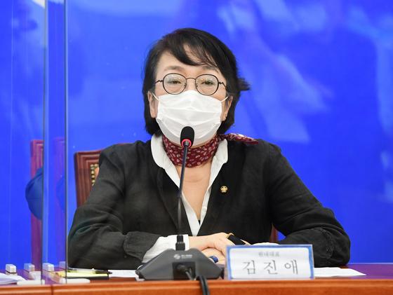 16일 서울 여의도 국회에서 김진애 열린민주당 원내대표가 4차 추경관련 기자회견을 열고 발언하고 있다. 중앙포토