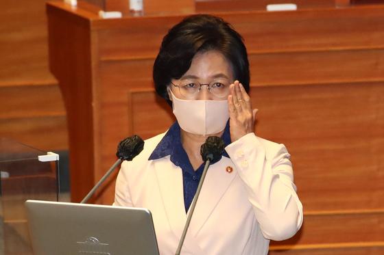 추미애 법무부 장관이 14일 국회 본회의장에서 열린 대정부질문에 출석해 의원들의 질의에 답하고 있다. [연합뉴스]