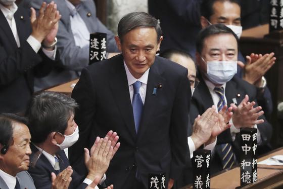 스가 요시히데 일본 신임 총리가 16일 오후 일본 중의원에서 총리 지명 표결을 통과한 뒤 인사를 하고 있다. [AP=연합뉴스]