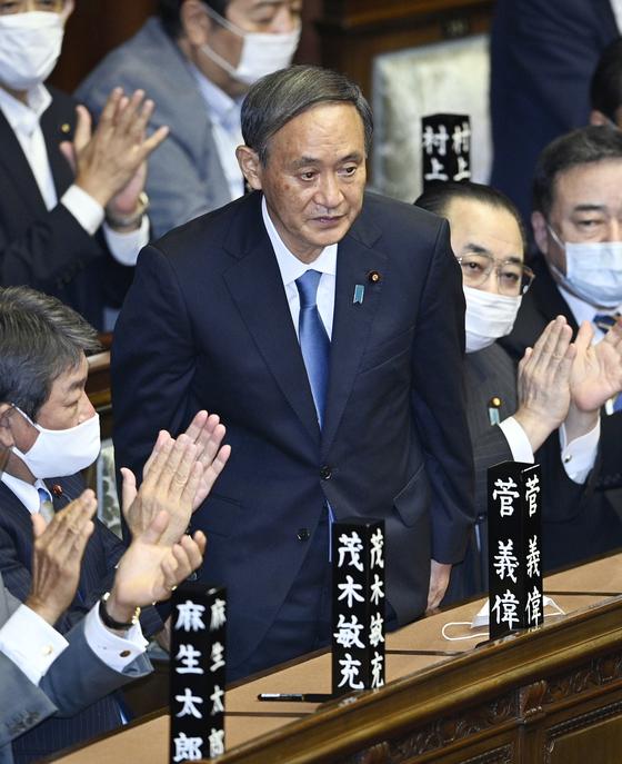 일본 중의원은 16일 본회의를 열고 제99대 총리로 스가 요시히데(菅義偉) 자민당 총재를 선출했다. 사진은 총리로 지명된 순간 일어서서 인사하는 스가 총재. [연합뉴스]