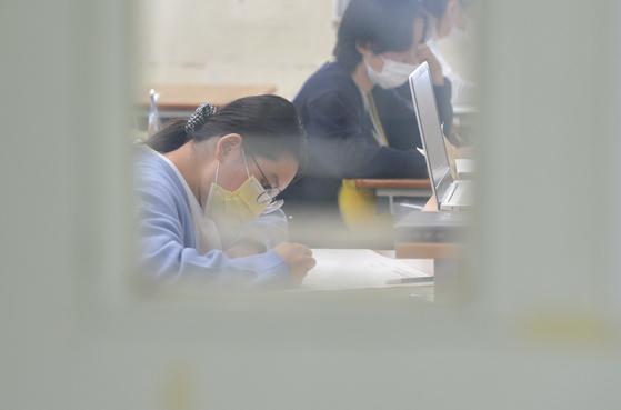 2021학년도 대학수학능력시험을 앞두고 마지막 고3 모의평가가 16일 전국 고등학교와 지정학원 등 2500여개 고사장에서 일제히 치러졌다. [프리랜서 김성태]