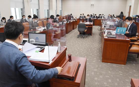 15일 오전 국회에서 열린 교육위 법안심사소위에서 박찬대 소위원장이 의사봉을 두드리고 있다. 연합뉴스