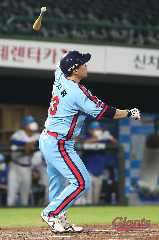 안치홍이 지난 10일 삼성전 홈런을 치고 타구를 바라보고 있다. 롯데 제공