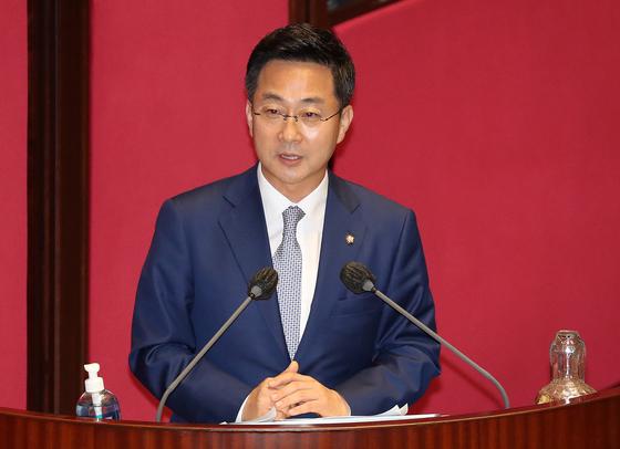 박성준 더불어민주당 원내대변인이 지난 7월 22일 오후 서울 여의도 국회에서 열린 제380회 국회(임시회) 제4차 본회의에서 정세균 총리에게 정치·외교·통일·안보 분야에 관한 대정부 질문을 하고 있다. 뉴스1