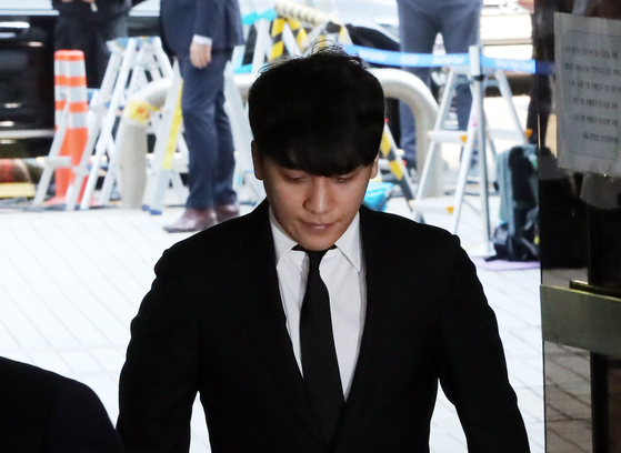 '성매매 알선·원정도박' 혐의 승리, 기소 8개월 만에 군법정 선다
