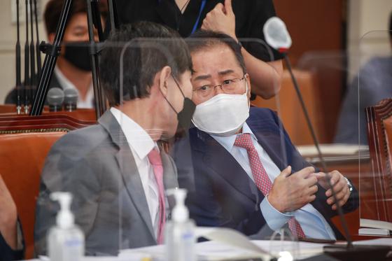 홍준표 무소속 의원(오른쪽). 연합뉴스
