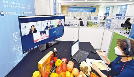 코로나19로 안전한 생활, 안전한 먹거리에 대한 관심이 어느 때보다도 높은 시기에 'K-푸드'가 한국은 물론 전 세계에서 주목받고 있다. 사진은 한국농수산식품유통공사의 온라인 수출상담회 모습. [사진 aT]