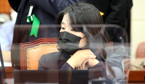 윤미향 더불어민주당 의원이 16일 오후 서울 여의도 국회에서 열린 환경노동위 전체회의에 출석해 회의진행을 바라보고 있다. [뉴스1]