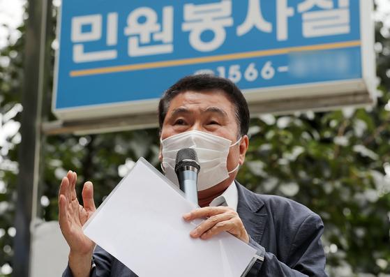 16일 오후 서울 종로경찰서 앞에서 개천절 집회 신고에 앞서 기자회견을 연 최인식 8.15 비대위 사무총장. 뉴스1