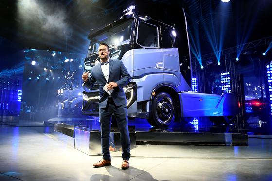 수소전기트럭 스타트업 니콜라모터스의 트레버 밀턴 창업자가 지난해 12월 이탈리아 토리노에서 상용차 업체 CNH 인더스트리얼과 제휴를 발표하고 있다. [로이터=연합뉴스]