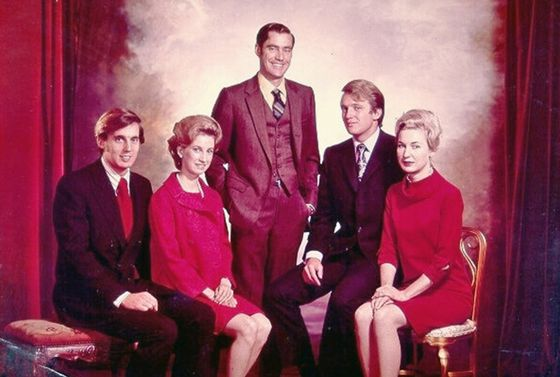 도널드 트럼프 미국 대통령의 5형제. 오른쪽부터 막내 로버트(1948년 생), 셋째 엘리자베스(42년생), 장남 프레디(38년생), 넷째 도널드(46년생), 장녀 메리앤(37년생).[트럼프 캠페인]