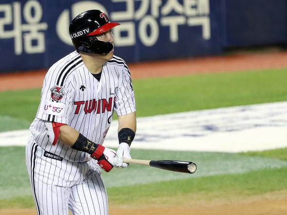 만루홈런을 친 뒤 타고를 바라보는 김현수. [뉴스1]