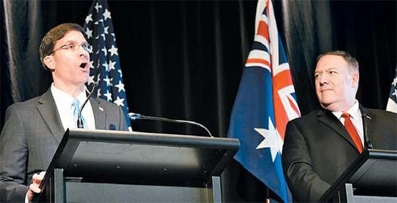 마크 에스퍼 미국 국방장관(왼쪽)과 마이크 폼페이오 미국 국무장관. 두사람은 각각 국제정치와 군사전략 차원에서 중국에 대한 기존의 포용전략을 끝내고 봉쇄전략을 펼치겠다고 선언했다. [연합뉴스]