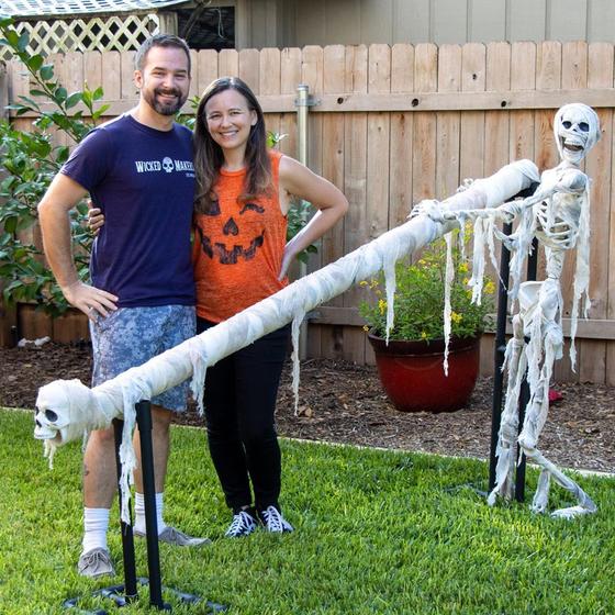 핼러윈데이에 2m 거리 두기를 지키는 사탕 미끄럼틀을 개발한 제이미와 제이 부부. [트위터 캡처]