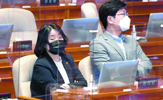 윤미향 의원(왼쪽)이 16일 국회 본회의에 참석했다. 민주당은 이날 최고위원회의를 열고 윤 의원의 당원권을 정지하기로 결정했다. 오종택 기자