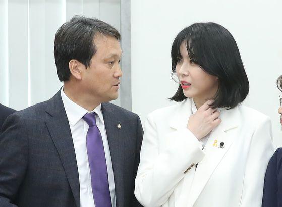 안민석 의원과 윤지오가 지난해 4월 8일 국회에서 열린 '장자연 증언자, 윤지오 초청 간담회'에서 이야기를 나누고 있다. 뉴스1