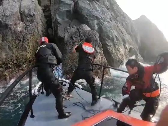 다이버 2명 구하고 자신은 숨진 통영해경 정호종 경장(오른쪽)의 구조 모습. 사진 통영해경