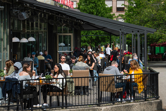 지난 5 월 스웨덴의 수도 인 스톡홀름에있는 레스토랑. 스웨덴은 코로나 19 확산을위한 조기 격리 명령 대신 모든 식당과 학교를 개방하는 것과 같은 느슨한 격리 지침을 고수했습니다. [AFP=연합뉴스]