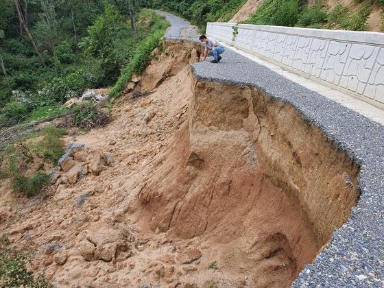 충북 제천시 금성면 월림1리 뒷산에 개설한 임도가 지난달 3일 내린 폭우로 유실됐다. 최종권 기자