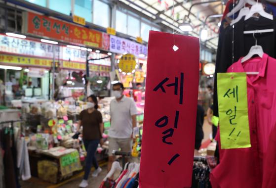 9일 서울 서대문구 영천시장에 세일 문구가 걸려있다. 연합뉴스