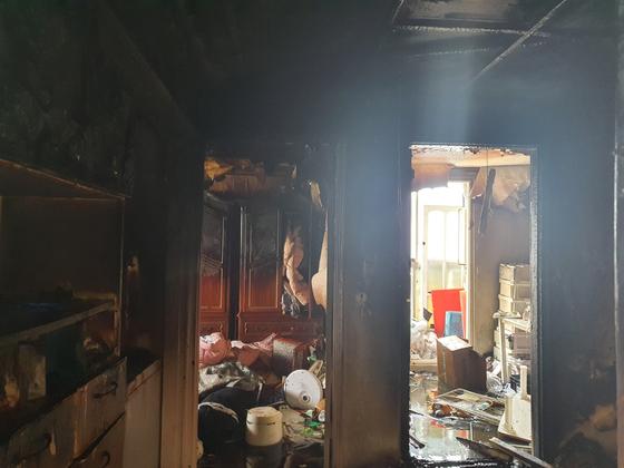 지난 14일 오전 화재가 발생한 주택 내부. 연합뉴스
