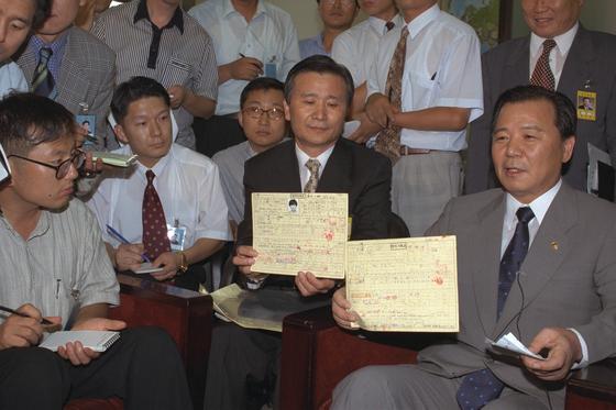 이회창 전 의원 두아들의 병적기록표 원본을 들고 국회기자실을 방문한 김길부 당시 병무청장. [중앙포토]