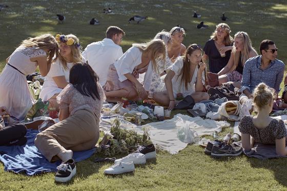 6 월 중순, 스웨덴 스톡홀름의 한 공원에서 사람들이 여름 축제를 즐기고 있습니다. 스웨덴은 코로나 19 확산 초기에 느슨한 방역 지침을 고수했지만 확진 자 수가 증가함에 따라 6 월 말부터 대규모 회의를 금지하는 등 방역 조치를 강화했다. [AP=연합뉴스]