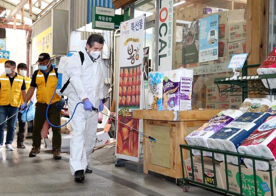 지난 16일 김동일 충남 보령시장이 보령의 한 전통시장에서 코로나19 차단방역을 하고 있다. [연합뉴스]