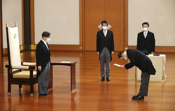 16일 선출된 스가 요시히데 신임 일본 총리(오른쪽 아래)가 연미복을 입고 도쿄 왕궁을 찾아 나루히토 일왕(맨 왼쪽)으로부터 임명장을 받은 뒤 고개 숙여 인사하고 있다. 역대 최장수 재임 기록을 세운 뒤 건강 문제로 물러난 아베 신조 전 총리(왼쪽 둘째)도 참석해 이를 지켜봤다. [AFP=연합뉴스]