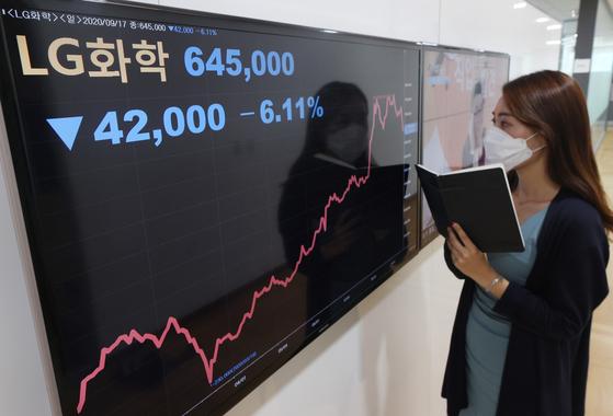 17일 LG화학의 배터리 사업 분할 결정 소식에 주가는 급락했다. 연합뉴스