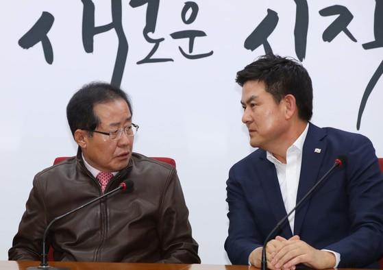 무소속 홍준표 의원(왼쪽)과 17일 국민의힘에 복당신청서를 제출한 김태호 무소속 의원이 자유한국당 시절 인 2018년 회의에서 이야기를 나누는 모습. [중앙포토]