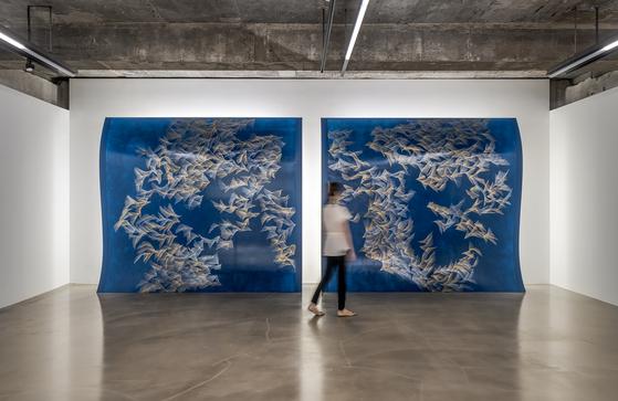 이번 전시에 공개된 조각 회화 'Our Sides Illuminated (for My Father)'. 곡면 우드 패널에 작업했다. 미국 스탠퍼드 대학병원 채플에 영구설치된 '희망의 빛' 후속작이다. [바톤갤러리]