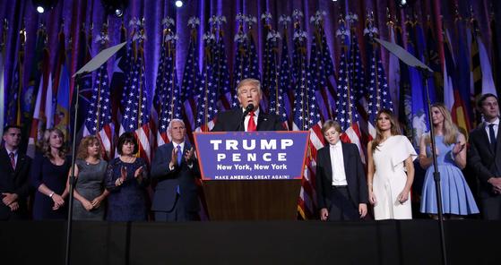 도널드 트럼프 대통령이 2016년 대선에서 당선이 확정되자 가족들 앞에서 승리를 선언하며 연설하고 있다. 이 자리에서 트럼프는 가족들의 이름을 한명씩 부르며 감사의 말을 했다.[로이터=뉴스1]