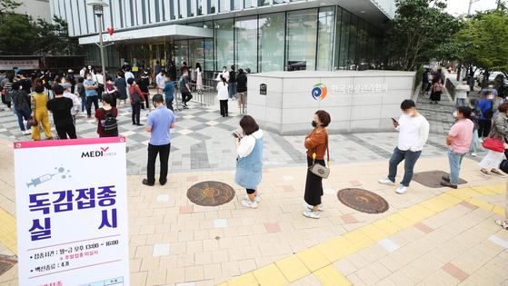 17일 오후 경기도 수원시 장안구 한국건강관리협회 경기도지부에 독감 예방접종을 받기 위한 시민들이 길게 줄을 서 있다. 연합뉴스