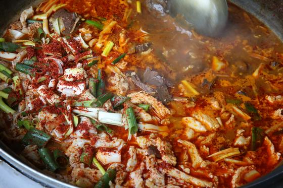 대구의 향토음식 수구레국밥. 얼큰한 선짓국 맛에 수구레 특유의 쫄깃한 식감이 더해진다. 수구레는 쇠가죽에 달린 고기를 이르는 우리말이다. 왼쪽 하얀 비계처럼 보이는 게 수구레다. 손민호 기자