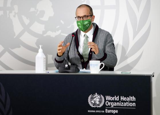 """한스 클루게 세계보건기구 유럽 국장은 17일 화상회의에서 유럽에서 """"매우 심각한 상황""""이 전개되고 있다고 경고했다. [AP=연합뉴스]"""