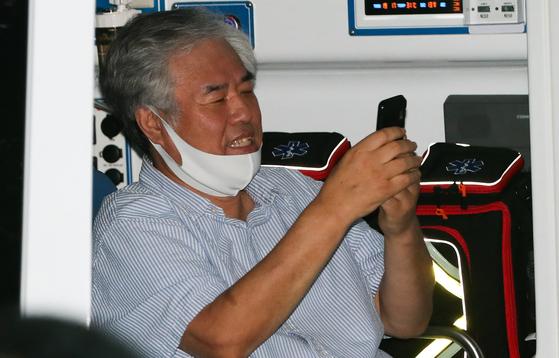 서울 성북구 사랑제일교회의 전광훈 담임목사가 지난 8월 17일 신종 코로나바이러스 감염증(코로나19) 확진 판정을 받고 구급차량에 탑승하고 있다. 뉴스1