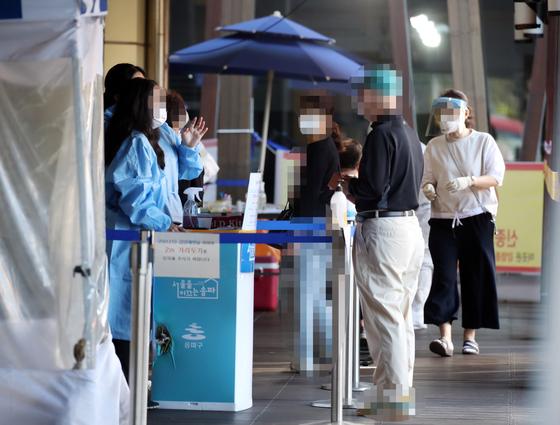 18일 오전 서울 송파구보건소 선별진료소에서 시민들이 신종 코로나바이러스 감염증(코로나19) 검사를 받기 위해 대기하고 있다.   연합뉴스