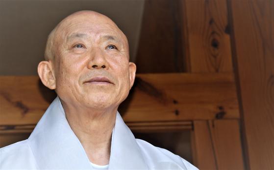 해인사 방장 원각 스님의 고향은 경남 하동이다. 해인사 약수암에 대입 시험 공부를 하러 왔다가 불교를 알게 돼 그 길로 출가했다.