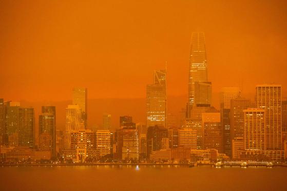 미국 캘리포니아주에서 발생한 산불의 여파로 샌프란시스코 하늘이 9일(현지시간) 주황빛 연기에 뒤덮였다. 기후학자들은 기후변화로 인한 폭염과 가뭄을 대형 산불의 원인으로 지목하고 있다. [AFP=연합뉴스]