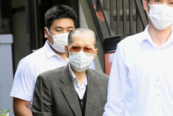 건강기구 판매업체 '저팬 라이프'의 야마구치 다카요시 전 회장일 경찰에 체포돼 집을 나서고 있다. [교도=연합뉴스]