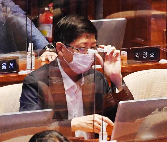 김홍걸 더불어민주당 의원이 16일 국회에서 열린 경제분야 대정부질문에 참석해 자리하고 있다. 뉴스1