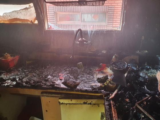 지난 14일 오전 11시16분께 인천시 미추홀구의 한 빌라 건물 2층 A군(10) 거주지에서 불이 나 A군과 동생 B군(8)이 중상을 입었다. 사고는 어머니가 집을 비운 사이 형제가 단둘이 라면을 끓여먹으려다 발생한 것으로 조사됐다. [사진 인천 미추홀소방서]