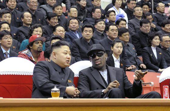 2013년 2월 28일 전직 미국 프로농구 선수인 데니스 로드먼이 북한을 방문해 농구 경기를 보며 김정은 위원장과 얘기를 나누고 있다. [AFP=연합뉴스]