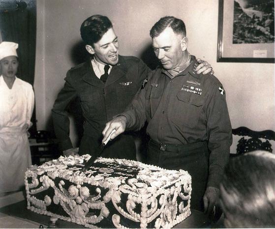 2014년 '6·25 전쟁영웅'으로 선정된 제임스 밴플리트 장군(오른쪽)과 밴플리트 2세. [연합뉴스]