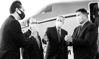 17일 타이페이 공항서 대만 외교부 관리들 영접을 받는 크라크 차관(오른쪽). [EPA=연합뉴스]