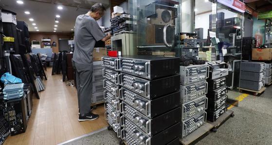 16일 서울 중구 전자상가 한 중고 노래방 기기 판매점에 폐업한 노래방에서 들여 온 엠프, 마이크, 기기들이 쌓여 있다. 뉴스1